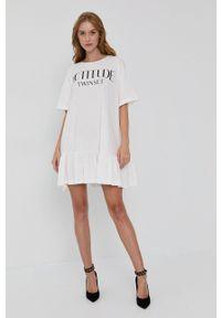 TwinSet - Twinset - Sukienka. Okazja: na co dzień. Kolor: biały. Materiał: dzianina. Długość rękawa: krótki rękaw. Wzór: nadruk. Typ sukienki: proste. Styl: casual