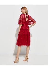 NEEDLE & THREAD - Koronkowa sukienka Lottie. Kolor: czerwony. Materiał: koronka. Wzór: haft, kwiaty, aplikacja, koronka. Typ sukienki: kopertowe. Styl: wizytowy, klasyczny. Długość: midi