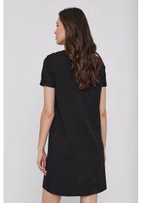 Calvin Klein Jeans - Sukienka. Okazja: na co dzień. Kolor: czarny. Materiał: dzianina. Długość rękawa: krótki rękaw. Wzór: aplikacja. Typ sukienki: proste. Styl: casual