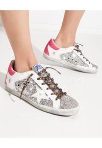 GOLDEN GOOSE - Brokatowe sneakersy Superstar z różową piętą. Kolor: srebrny. Materiał: guma, materiał. Szerokość cholewki: normalna. Wzór: aplikacja
