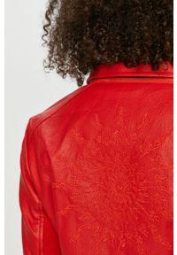 Desigual - Ramoneska. Okazja: na co dzień. Kolor: czerwony. Materiał: materiał. Wzór: gładki. Styl: casual
