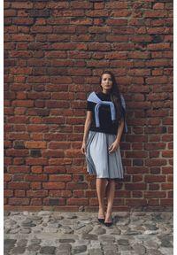 VEVA - Krótka rozkloszowana spódnica z koła Foggy pudrowy niebieski. Okazja: do pracy. Kolor: niebieski. Materiał: jeans. Długość: krótkie. Wzór: melanż. Sezon: jesień, zima