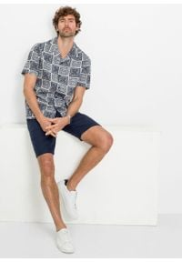 Koszula z krótkim rękawem i nadrukiem bonprix biało-ciemnoniebieski z nadrukiem. Kolor: biały. Długość rękawa: krótki rękaw. Długość: krótkie. Wzór: nadruk