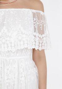 Born2be - Biała Sukienka Harphinix. Typ kołnierza: dekolt hiszpanka. Kolor: biały. Materiał: tiul, koronka. Wzór: haft. Styl: boho. Długość: maxi