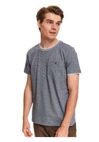 TOP SECRET - T-shirt z dzianiny recyklingowanej. Okazja: do pracy, na co dzień. Kolor: niebieski. Materiał: dzianina. Długość rękawa: krótki rękaw. Długość: krótkie. Wzór: aplikacja. Sezon: zima. Styl: casual
