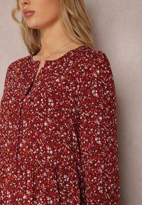 Renee - Bordowa Sukienka Caellial. Kolor: czerwony. Wzór: kwiaty, aplikacja. Typ sukienki: proste. Styl: klasyczny. Długość: maxi