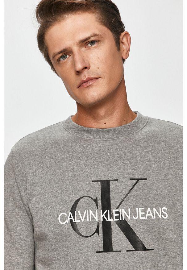 Szara bluza nierozpinana Calvin Klein Jeans na co dzień, casualowa, z nadrukiem, z okrągłym kołnierzem