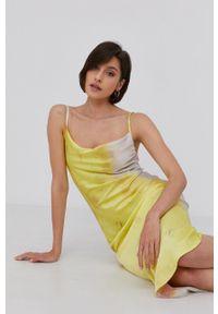 Answear Lab - Sukienka. Okazja: na co dzień. Kolor: żółty. Materiał: tkanina. Długość rękawa: na ramiączkach. Typ sukienki: proste. Styl: wakacyjny