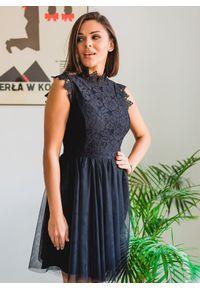 Czarna sukienka Fanaberia.com z aplikacjami, ze stójką