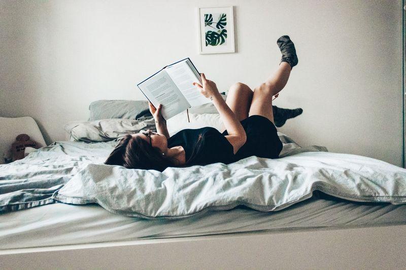 kobieta czytająca książkę w łóżku