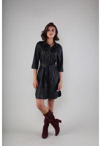 Nommo - Czarna Sukienka z Eko-skóry Zapinana na Guziki. Kolor: czarny. Materiał: skóra