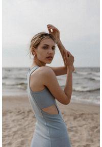 Marsala - Sukienka z prążkowanego materiału z wycięciami POWDER BLUE- SEVILLA BY MARSALA. Okazja: na imprezę, na co dzień. Materiał: prążkowany, materiał. Długość rękawa: na ramiączkach. Wzór: geometria. Typ sukienki: sportowe. Styl: młodzieżowy, sportowy, casual