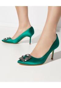 MANOLO BLAHNIK - Zielone szpilki Hangisi 7 cm. Zapięcie: klamry. Kolor: zielony. Materiał: satyna, jedwab, materiał. Szerokość cholewki: normalna. Wzór: aplikacja. Obcas: na szpilce. Wysokość obcasa: średni