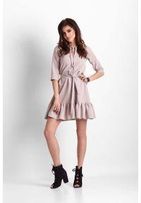 IVON - Beżowa Trapezowa Sukienka z Falbanką. Kolor: beżowy. Materiał: poliester. Typ sukienki: trapezowe