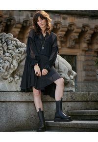 BY CABO - Czarna szyfonowa sukienka. Kolor: czarny. Materiał: szyfon. Długość rękawa: długi rękaw. Typ sukienki: rozkloszowane. Styl: klasyczny