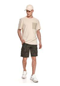 TOP SECRET - T-shirt strukturalny z kieszenią. Okazja: na co dzień. Kolor: biały. Materiał: tkanina, bawełna. Długość rękawa: krótki rękaw. Długość: krótkie. Sezon: lato. Styl: casual, wakacyjny