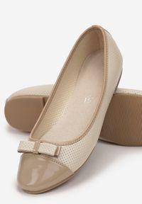 Born2be - Beżowe Balerinki Orinysh. Nosek buta: okrągły. Zapięcie: bez zapięcia. Kolor: beżowy. Materiał: lakier, skóra ekologiczna. Wzór: gładki, aplikacja. Obcas: na obcasie. Wysokość obcasa: średni