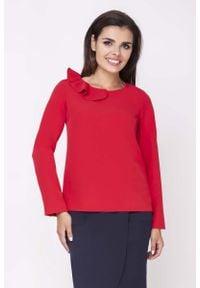 Nommo - Czerwona Elegancka Bluzka Wizytowa z Falbanką przy Dekolcie. Kolor: czerwony. Materiał: wiskoza, poliester. Styl: wizytowy, elegancki