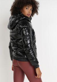 Born2be - Czarna Kurtka Adalus. Kolor: czarny. Materiał: tkanina, nylon. Długość rękawa: długi rękaw. Długość: długie. Wzór: napisy, aplikacja. Styl: klasyczny