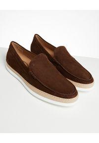 TOD'S - Brązowe espadryle z zamszu. Nosek buta: okrągły. Zapięcie: pasek. Kolor: brązowy. Materiał: zamsz. Wzór: aplikacja