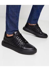 Baldinini - BALDININI - Czarne sneakersy skórzane. Okazja: na co dzień. Zapięcie: sznurówki. Kolor: czarny. Materiał: skóra. Szerokość cholewki: normalna. Wzór: napisy