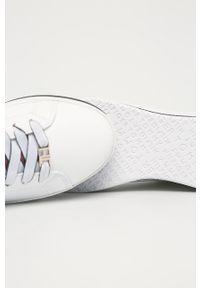 Białe buty sportowe TOMMY HILFIGER z okrągłym noskiem, na średnim obcasie, z cholewką, na sznurówki