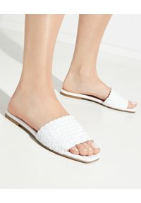 PRETTY BALLERINAS - Białe plecione klapki Isla. Kolor: biały. Materiał: guma