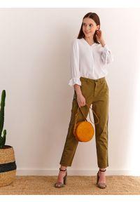 Biała bluzka TOP SECRET na wiosnę, w kolorowe wzory, długa, do pracy