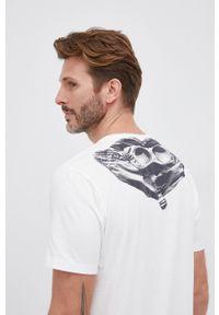 C.P. Company - T-shirt bawełniany. Okazja: na co dzień. Kolor: biały. Materiał: bawełna. Wzór: nadruk. Styl: casual