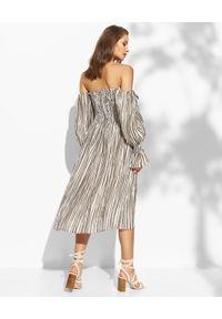 THECADESS - Jedwabna sukienka midi w paski Chloe. Kolor: brązowy. Materiał: jedwab. Wzór: paski. Sezon: lato. Typ sukienki: z odkrytymi ramionami, dopasowane. Długość: midi