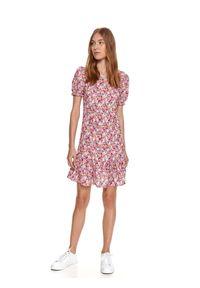 TOP SECRET - Krótka sukienka w kwiaty z falbaną. Kolor: różowy. Materiał: materiał. Wzór: kwiaty. Sezon: lato. Długość: mini