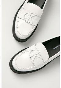 Białe mokasyny Calvin Klein Jeans na średnim obcasie, z okrągłym noskiem, z cholewką, na obcasie