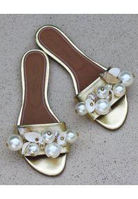 ALAMEDA TURQUESA - Złote klapki z muszelkami. Okazja: na plażę. Kolor: złoty. Materiał: koronka. Wzór: haft, aplikacja, koronka