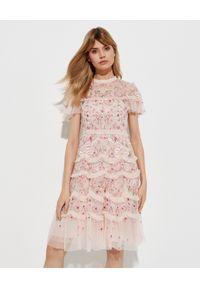 NEEDLE & THREAD - Różowa sukienka w kwiaty Elsie Ribbon. Typ kołnierza: kołnierz z falbankami. Kolor: różowy, wielokolorowy, fioletowy. Materiał: tiul. Wzór: kwiaty. Długość: midi