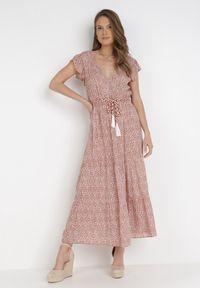 Born2be - Łososiowa Sukienka Z Paskiem Ellethro. Kolor: różowy. Wzór: motyw zwierzęcy. Długość: midi