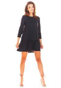 Awama - Czarna Trapezowa Sukienka z Doszytą Falbanką. Kolor: czarny. Materiał: poliester, elastan. Typ sukienki: trapezowe