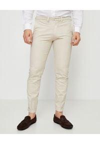 FAY - Beżowe spodnie chino. Okazja: na co dzień. Kolor: beżowy. Materiał: bawełna. Długość: długie. Wzór: aplikacja. Sezon: lato. Styl: casual