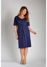 Nommo - Granatowa Dopasowana Sukienka z Ozdobnym Marszczeniem PLUS SIZE. Kolekcja: plus size. Kolor: niebieski. Materiał: bawełna, poliester. Typ sukienki: dla puszystych