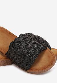 Renee - Czarne Klapki Cnassyphe. Nosek buta: okrągły. Kolor: czarny. Wzór: gładki, aplikacja. Obcas: na płaskiej podeszwie