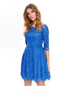 TOP SECRET - Koronkowa sukienka fit and flare. Kolor: niebieski. Materiał: koronka. Długość rękawa: krótki rękaw. Wzór: koronka. Sezon: lato, wiosna. Typ sukienki: koszulowe. Styl: wizytowy, elegancki