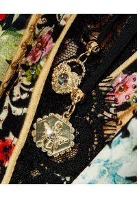 Camilla - CAMILLA - Kopertowa sukienka mini Hampton Hive. Kolor: czarny. Materiał: jedwab, koronka. Wzór: aplikacja, koronka. Typ sukienki: kopertowe. Długość: mini
