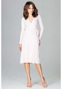 Lenitif - Dzianinowa kopertowa sukienka midi z wiązaniem różowa. Okazja: na co dzień, do pracy. Kolor: różowy. Materiał: dzianina. Wzór: prążki. Typ sukienki: kopertowe. Styl: casual. Długość: midi
