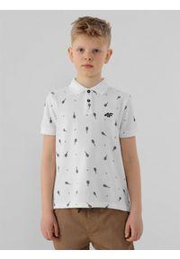 4f - Koszulka polo regular z nadrukiem chłopięca. Typ kołnierza: polo. Kolor: biały. Materiał: materiał. Długość rękawa: krótki rękaw. Wzór: nadruk