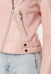 Różowa kurtka ramoneska Born2be