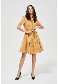 MOODO - Bawełniana sukienka z wiązaniem. Okazja: do pracy, na co dzień. Materiał: bawełna. Wzór: kropki, gładki. Typ sukienki: proste, koszulowe. Styl: casual