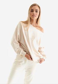 Born2be - Beżowa Bluza Badura Velylia. Kolor: beżowy. Materiał: bawełna, dzianina, materiał, poliester. Długość rękawa: długi rękaw. Długość: długie. Wzór: haft