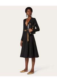 VALENTINO - Czarna sukienka z krepy midi. Kolor: czarny. Materiał: jedwab, wełna. Typ sukienki: dopasowane, rozkloszowane. Styl: elegancki. Długość: midi