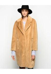 Pinko - PINKO - Beżowy płaszcz Evaristo. Kolor: beżowy. Materiał: futro. Długość rękawa: długi rękaw. Długość: długie