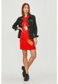 Desigual - Sukienka. Kolor: czerwony. Materiał: dzianina. Długość rękawa: krótki rękaw. Wzór: nadruk. Typ sukienki: rozkloszowane