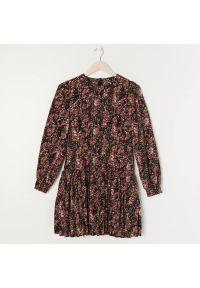 Sinsay - Sukienka mini w kwiaty - Wielobarwny. Wzór: kwiaty. Długość: mini